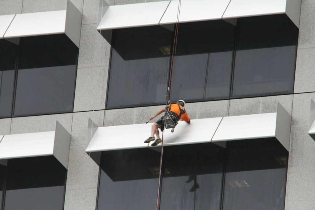 ניקוי חלונות בגובה לדירות