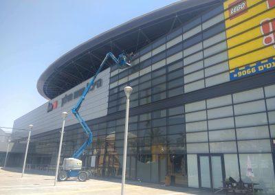 ניקוי חלונות באצטדיון