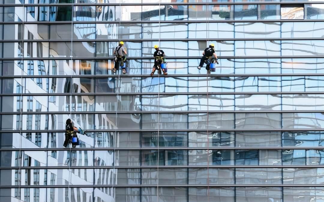 שמירה על הציוד המשרדי בעת ניקוי בגובה