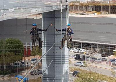 ניקוי חלונות בגובה באמצעות סנפלינג