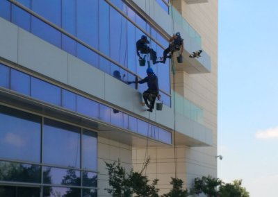 ניקוי חלונות בבניין משרדים