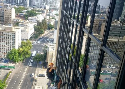ניקוי חלונות גבוהים בבניין