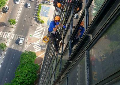 ניקוי חלונות בסנפלינג במבנים גבוהים
